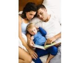 Читання дітям книг на ніч фото