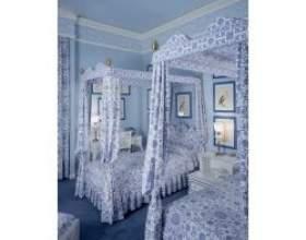 Інтер'єр спальні в біло-блакитному кольорі фото