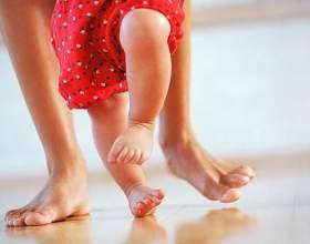 Як навчити дитину ходити самостійно? фото