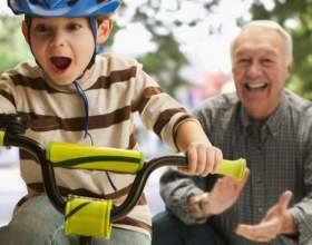 Як навчити дитину кататися на двоколісному велосипеді? З якого віку можна починати? фото