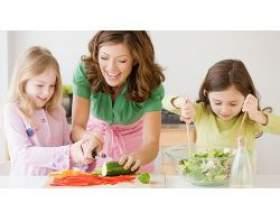 Як привчити дитину допомагати на кухні фото