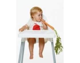 Маленька дитина і тверда їжа фото