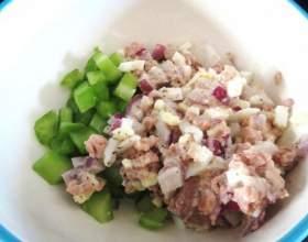 Оригінальний і простий рецепт салату з печінки тріски фото