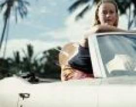 Жінка за кермом автомобіля фото