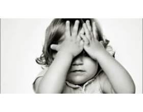 Дитина боїться відставати один вдома фото