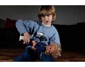 Дитина ламає іграшки фото