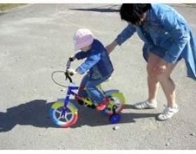 Вчимося з дитиною кататися на велосипеді фото