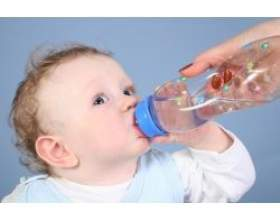 Вода для маленької дитини фото